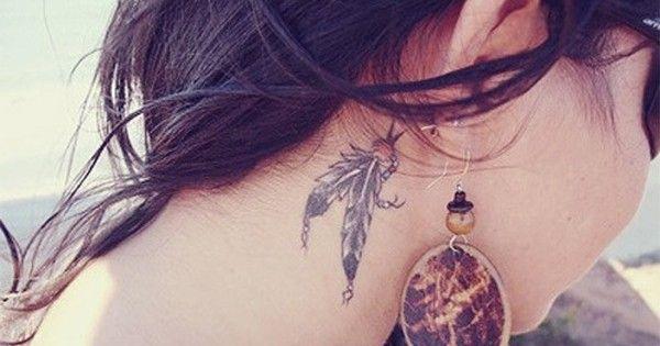 Une envie d'exotisme et d'évasion ? Un tatouage de plume indienne est une bonne idée si vous cherchez un symbole d'envol et de rêve. Les indiens utilisaient souvent les plumes, généralement d'aigle, de manière esthétique et décorative mais aussi à des fins spirituels ou sacrés.