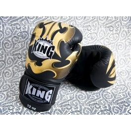 """Les gants de boxe TOP KING sont connus pour leur longue forme, apportant une protection supplémentaire à l'avant bras.  Fait de cuir de haute qualité. Confort du poignet. La protection supplémentaire de ce modèle fait de ce gant """"Fantasy"""" un gant unique!"""