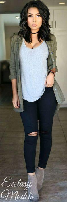 Ella tiene una chaqueta verde.Tambien el azul jeans con tacos gris.Ella la chaqueta costo veinte pasos y los talones costo sesenta y cinco pasos.