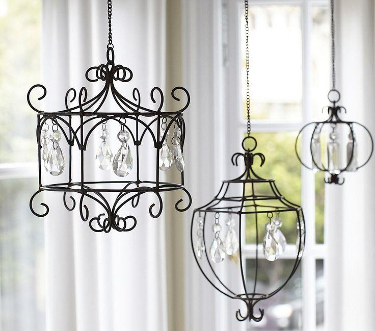 Pottery Barn-Inspired Chandelier{Crafts, home decor} - kroonluchter-hanglamp van een metalen frame met kristal hangers