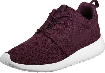 La chaussure Nike Roshe One est très légère et fait partie des chaussures classiques avec son Swoosh et son confort: il ny a pas beaucoup de chaussures qui peuvent en faire concurrence.  La semelle Phylon donne à ce sneaker léger non seulement un look caractéristique mais aussi vous vous sentez comme sur des nuages!