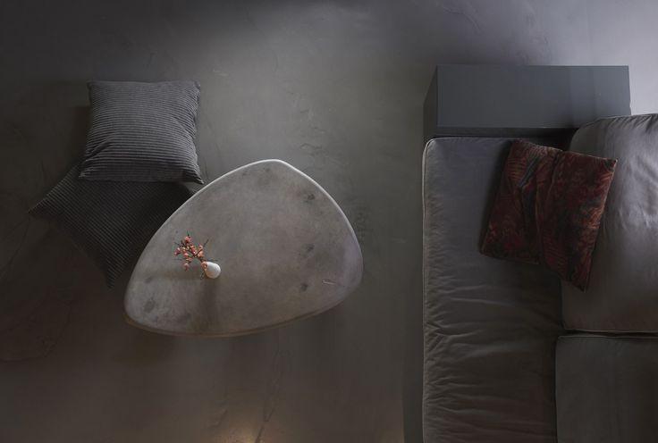 Der Nierentisch hat seinen Ursprung im Wunsch von Peschs Tochter Naomi. Sie wünschte sich einen Nierentisch, den sie im Wohnzimmer vor dem Sofa platzieren kann, aber nach Lust und Laune auch mal hi…