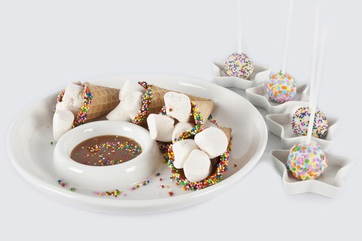 Unos conos de helado son ideales con masmelos, chocolate derretido y grajeas de colores.