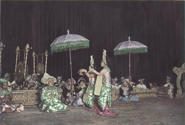 Gong kebyar de Peliatan at Paris 1931 Exposition Coloniale Universelle.  Directed by ANAK AGUNG GEDÉ MANDERA from the 30's to the early 80's. Important musicians who played with that gong : I MADÉ LEBAH (-1996), I GUSTI KOMPIANG.  *photo accompagnant l'article de Paul-Émile Cadilhac dans le magazine L'ILLUSTRATION n°4616 du 22 août 1931 p.565