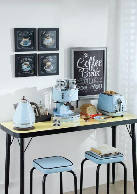 O glamour dos anos 1950 serve de inspiração para o visual dos móveis, e até acessórios, dessa cozinha. Perfeita para quem quer organizar e equipar a cozinha com pitadas de ousadia e originalidade!