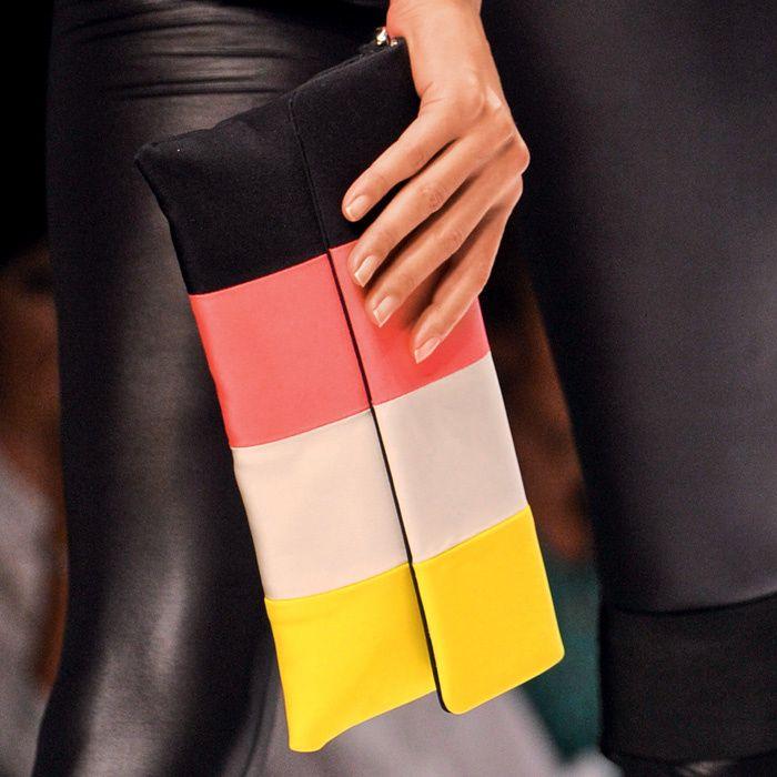 Sencilla cartera de mano con cuatro bandas verticales en diferentes colores, de Krizia.