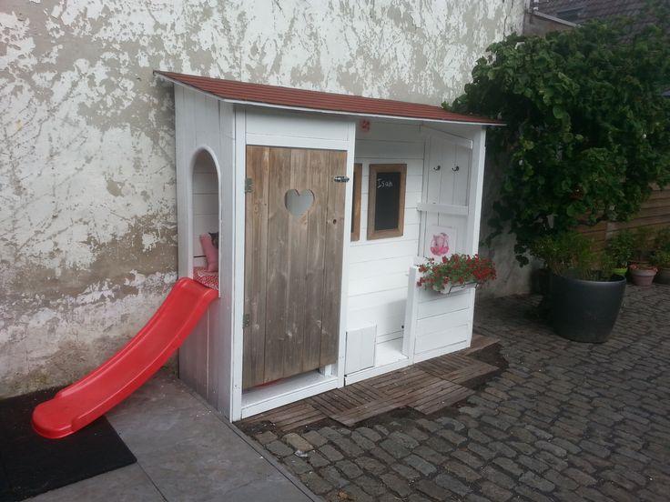 Het creatieve werk van een jonge moeder: Een oud houthok omgebouwd naar speelhuisje voor de kinderen.