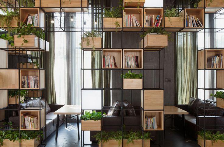 Barras de acero reciclados forman interior de cafetería modular : Dossier de Arquitectura