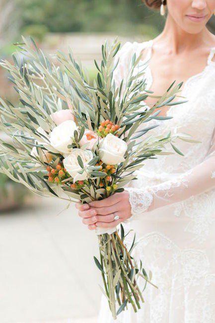 Bouquet Sposa Ulivo.Bouquet Sposa Con Rami Di Ulivo Bacche E Rose Bianche Bouquet