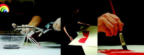 """Extracción de sangre del artista y posterior realización de obra sobre papel. Título: """"El vacío es un lugar normal"""" Foto: Los Vocalino"""