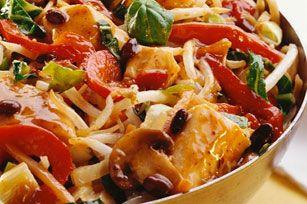 Un plat simple et délicieux: bouchées de poulet tendre, vinaigrette Asiatique et mélange de légumes frais.