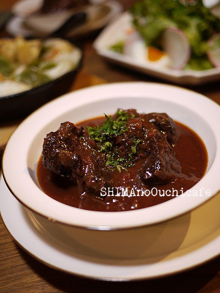 簡単なのに本格的!牛スネ肉のホロホロビーフシチュー by SHIMA / 無水調理鍋に材料をいれて下準備したら後はコトコト、コトコト、煮込むだけ朝に調理準備で後はほったらかし、お家の事をしている間に夜ごはんには絶品本格ビーフシチューに♪大きな塊のお肉がホロホロ〜野菜の旨味たっぷりの1品です簡単!なのにとっても美味しいので是非 / Nadia