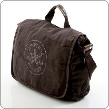 Das ist eine Tasche ganz im kultigen Converse-Stil. Frontal das unverzichtbare Logo, ohne das die Tasche nicht wäre, was sie ist. Und dann die Lässigkeit des schönen Stoffs aus Baumwolle, so gleicht sich die Tasche dem Look der Converse-Sneaker an. Converse. Neue Taschen für den Kult.