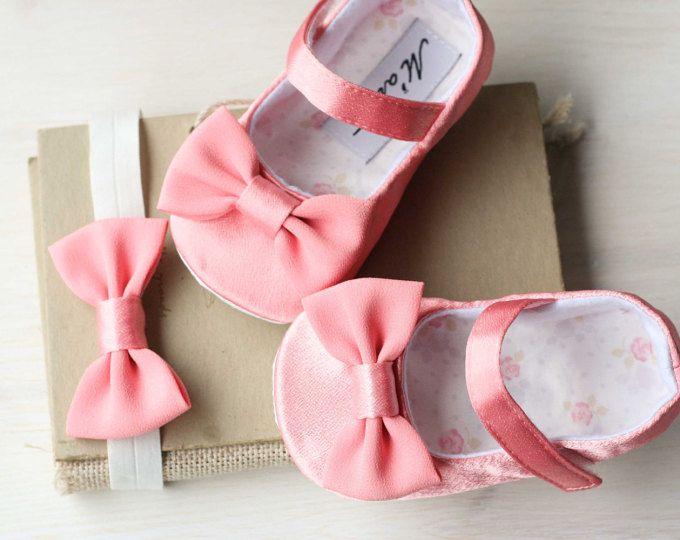 Scarpe ragazza di fard rosa baby e arco fascia, scarpine rosa corallo, vestito da sposa fiore ragazza