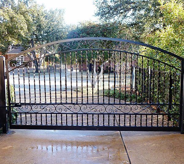 Lone Legacy Automatic Gates Iron Gates Dallas Driveway Gates Dallas In 2020 Iron Gates Driveway Iron Gates Iron Garden Gates