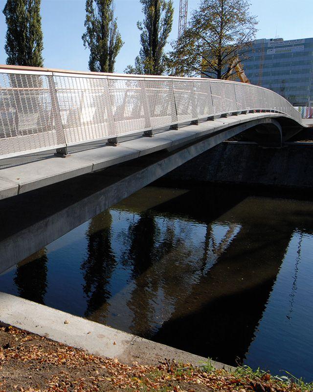 Svratka River Bridge. Bridge cladding made from HAVER Architectural Mesh DOGLA-TRIO 1011.
