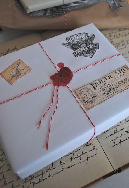 Unser Jüngster darf heute seinen 11. Geburtstag feiern. Seine Geschenke bekam er ihm 'Harry Potter Stil'verpackt - in Form von Eulenpost. Falls von euch auch mal jemand Eulenpost verschenken möchte: