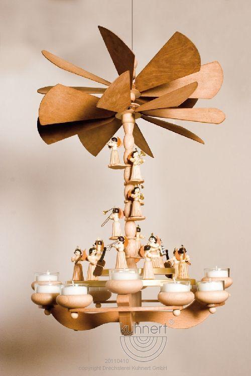 Kuhnert Ebenenpyramide mit Engel und Teelichten. Wird an die Decke gehangen oder kann auch gestellt werden. Ein Spitzenprodukt aus dem Erzgebirge.