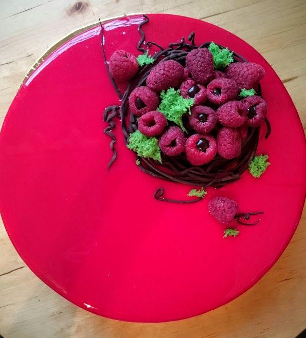 Малиновый торт (Хрустящий крамбл, малиново-брусничное компоте, малиново-ванильный мусс, покрытие глазурь)