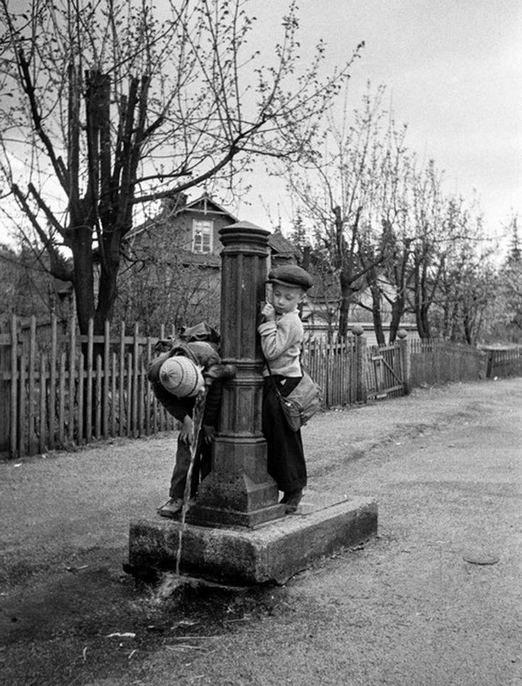 Vesiposti Kyllikinkadun ja Pasilankadun kulmassa 1950-luvulla.
