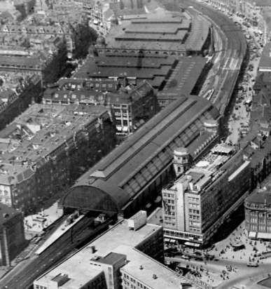 1930er Bahnsteighalle des Bahnhofs Alexanderplatz,dahinter folgen links vom Gleis die Markthallen