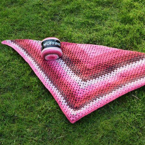 Hæklet i Granny stripes, som er et super enkelt mønster og teknik, og som giver et flot og lækkert resultat.Muffins garnet er perfekt til dette projekt, og giv