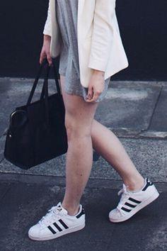 24 Pruebas de que una mujer puede vivir solo con un par de Adidas