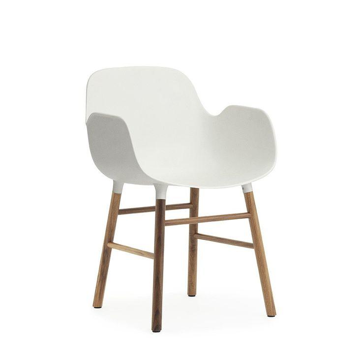 Form este un scaun de dining cu cotiere, din plastic și lemn – Intro