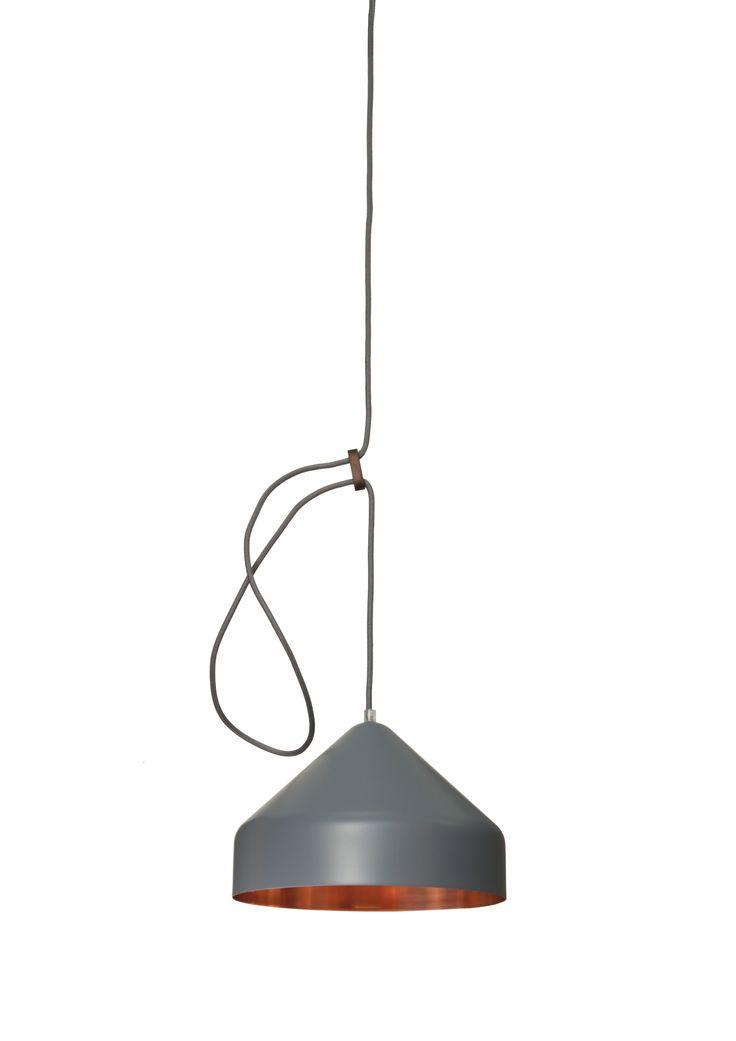 Llus lamp (Lloop lamp) van Vij5 met Ontwerpduo. Hier nieuwe kleur antraciet grijs! Met koperen binnenkant en antraciet grijze buitenkant. Bijpassend snoer.
