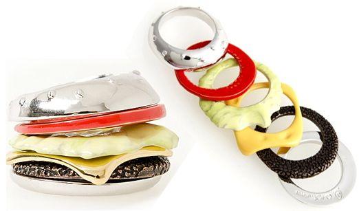 Ben je een echte hamburgerfan? Dan zijn deze stapelbare ringen een echte must have. Want een zo'n ring ziet er misschien maar saai uit.. doe je ze allemaal om en je hebt ineens een hamburger!  Helaas is deze leuke hamburgerring nog niet online te koop. Wel look a likes op Etsy.