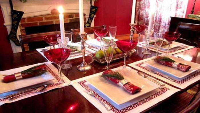La Mesa de Navidad: festivo pano de tabla, un pan con ajo (cesnak a chlieb), unos barquillos con miel (oblátky a trubičky s medom), una sopa de col (kapustnica), various tipos de carnes (mäso), una carpa; frita (kapor; vyprážaný),  una ensalada de papas (zemiakový šalát), pasta dulce, hecho en casa, con amapola (opekance s makom), la fruta (ovocie)