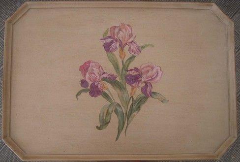 Iris dipinti a mano sul top di un tavolino in legno.