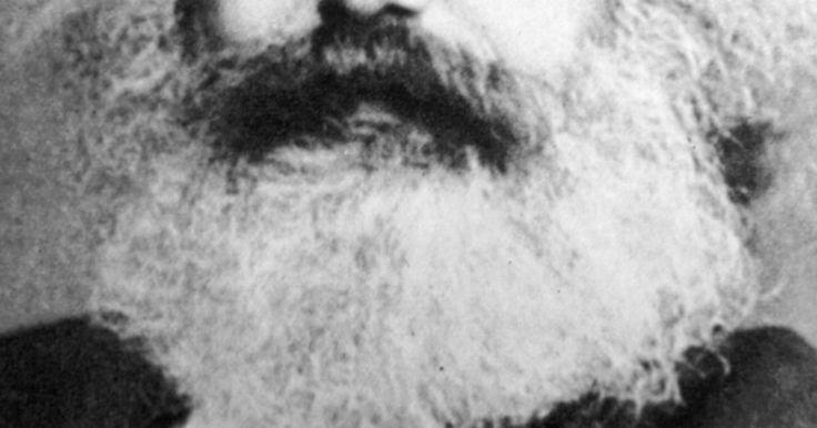 Ideias chave do marxismo e leninismo. O marxismo é um sistema de pensamento político e social associado ao filósofo alemão Karl Marx. Após a sua morte, suas ideias foram aderidas e alteradas pelo líder russo Vladimir Lênin, cuja representação revolucionária do marxismo, subsequentemente chamada de marxismo-leninismo, foi a força motora por trás da revolução russa de 1917.