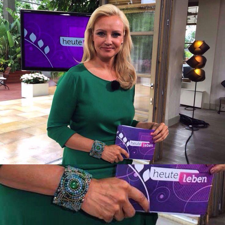 CAJOY in der ORF Sendung Heute Leben... Verena Scheitz trägt einen CAJOY Armreif ❤️. www.cajoy.com #cajoy #orf #tv #Fernsehen #heuteleben #verenascheitz #armreif #bracelet #grün #green #star #luxery #fashion #accessory #television #shootingstar #sale