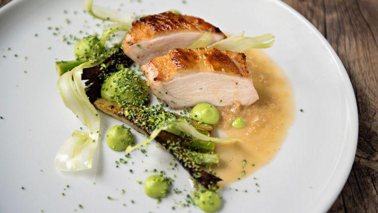 Koker du for eksempel kraft på en hel kylling, kan du spare kyllingbrystene til en god middag.     Her har de stekte kyllingbrystene fått følge av brokkoli som kan lages på fire måter, samt en deilig hvitvinssjy.     Tips: Sausen kan smakes til videre med hva du måtte ønske av urter eller andre ingredienser. Du kan for eksempel lage en kremete variant med sopp.    Oppskrift av: Kristian Rønnestad, kokk og matfaglig rådgiver hos Kulinarisk Akademi i Oslo. Foto: Eivind Griffith Brænde