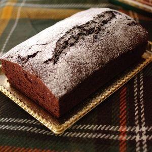 クリスマスの超簡単チョコレートケーキ☆パウンド by めろんぱんママさん | レシピブログ - 料理ブログのレシピ満載! 簡単にできるクリスマスケーキ、チョコレートそのものは使わず、製菓用ココア(飲み物用に調節されていないもの)でできるものです。崩れにくく失敗が少ないケーキです。ワンボウルで混ぜて焼くだけなので、ケーキを...