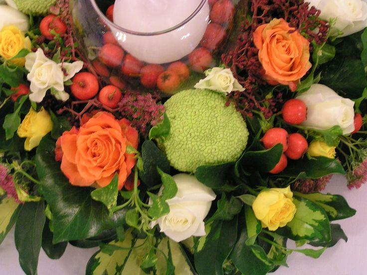 Asztalközépre való virágkompozíció gyertyával