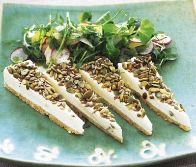 Aromatisk och effektfull getosttarte med rostade frön. Chèvreosten ger rätten sin speciella smak och de rostade fröna förgyller. Servera med färgrik sallad och dressing med sötsura toner.