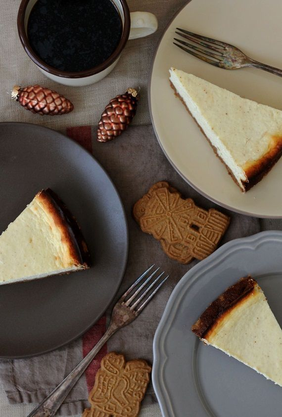 Für unseren Frühstücksbesuch am Wochenende habe ich einen Käsekuchen gebacken, der durch seinen Spekulatiusboden schon prima in die Vorweihnachtszeit passt. Er hat einen hohen Quarkanteil und ist da