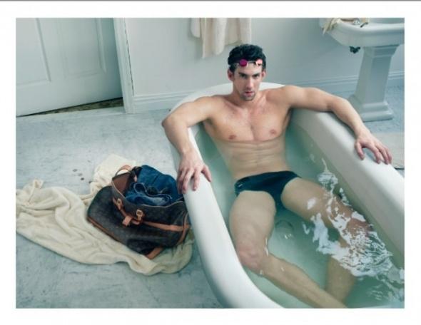 Pós Olimpíada: O recordista olímpico Michael Phelps, posou para as lentes de Annie Leibovitz. A campanha publicitária é da Louis Vuitton e o traje escolhido foi apenas uma sunguinha Speedo e é claro, uma bela LV ao seu lado. Quem curtiu dá um like!