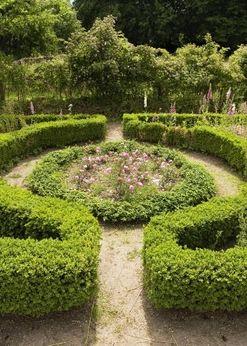 Rosenbedet er rundt og placeret som midterpunkt i haven