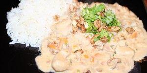 Utrolig nem gryderet med nødder og kylling i cremet flødesauce.