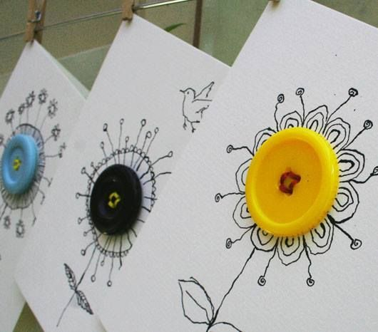 PŘÁNÍČKO  Na složenou čtvrtku nebo ozdobný papír přišijte knoflík, domalujte do tvaru kytičky a máte originální přáníčko třeba ke DNI MAMINEK Emotikona smile