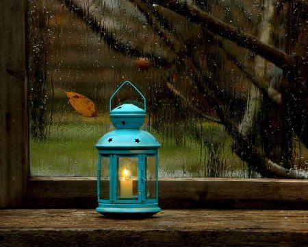 Come costruire una #lanterna di #SanMartino con i #bambini? 1) #Recuperare un vecchio vaso di vetro 2) Incollare sulla superficie esterna forme colorate di carta velina 3) Avvolgere il collo del vaso con un pezzo di filo di ferro, creando un maico, e fissare il filo ai due capi aiutandosi con una pinza. 4) Mettere un lumino nel vaso. La vostra lanterna di San Martino è pronta!