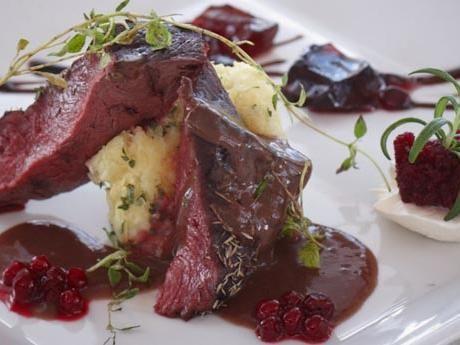 Renytterfilé med västerbottensbakelse, rödvinssås, glaserade betor och chèvre