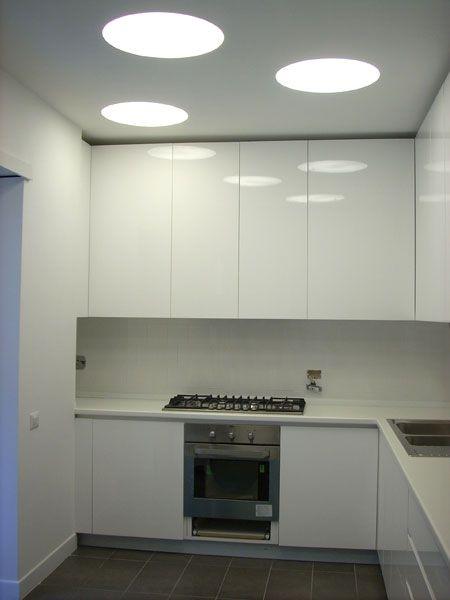 Abitazione privata, Casa Balduina, cucina total white con pavimento in gres colore grigio, illuminazione a soffitto Progetto Arch.Luca Braguglia