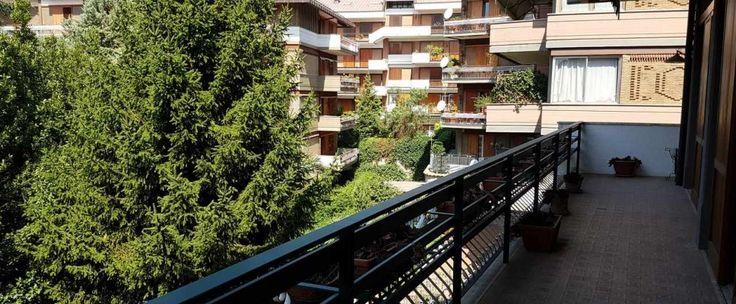 Appartamento in parco arredato di circa 156 mq composto da doppio ingresso, studio, salone doppio con camino, cucina, due camere da letto, cameretta, due bagni e ripostiglio. Annesso box auto di 20 mq.