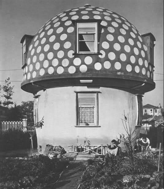 Nel quartiere La Maggiolina l'architetto Cavallè costruì delle strane case a forma di fungo, ora rase al suolo.  In the district La Maggiolina, Milan, architect Cavallè built some strange houses mushroom-shaped.