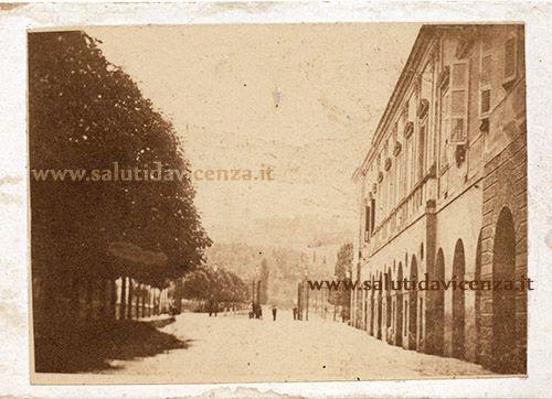 Barriera Eretenia, sullo sfondo, all'imbocco del Ponte Furo. Inedita foto del 1870 circa! Click sulla foto per saperne di più. SalutiDaVicenza.it - Google+