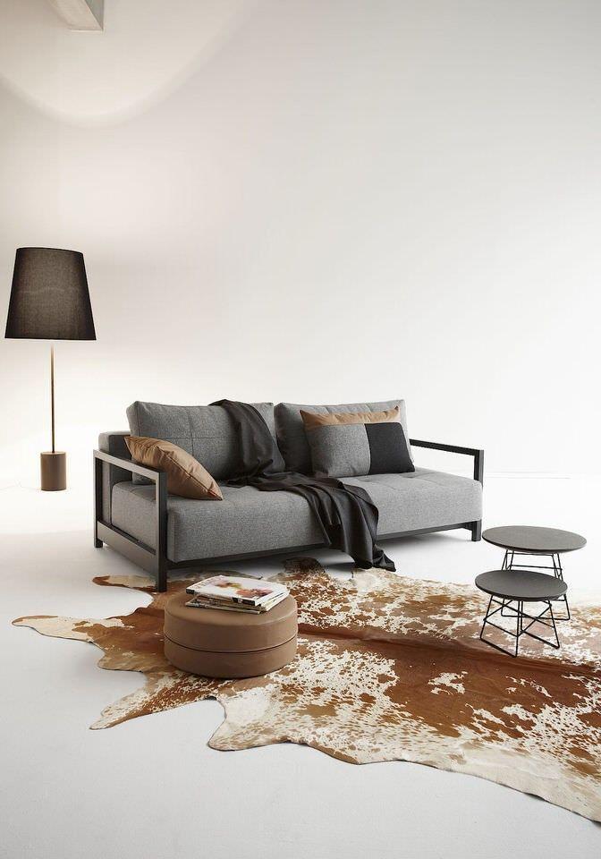 Designer Per Weiss heeft zich laten inspireren door jouw woon behoeften.  Onder de zitting van de design slaapbank vind je extra opbergruimte voor je beddengoed en twee mat zwart gepoederd stalen poten. Door de poten uit de klappen en de leuning neer te leggen creëer je een ruim 2 persoons bed. Specificaties Afmetingen bed: 155 x 200 Comfort: luxe excess pocketvering matras Bekleding: 100% polyester Kleur: twist charcoal grijs